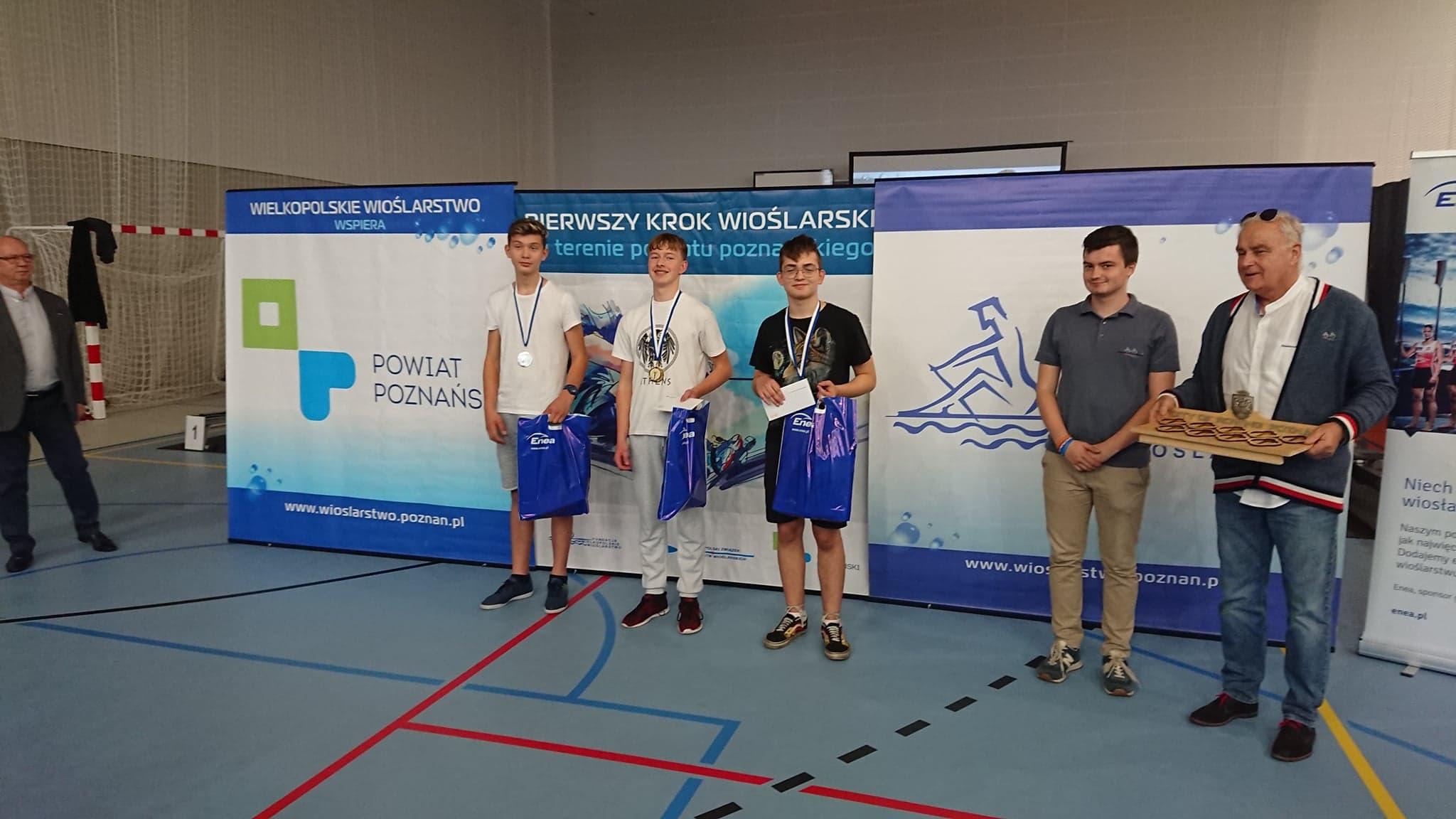 Podium dla reprezentacji chłopców podczas Finału  Mistrzostw Gminy Mosina  na Ergometrach Wioślarskich
